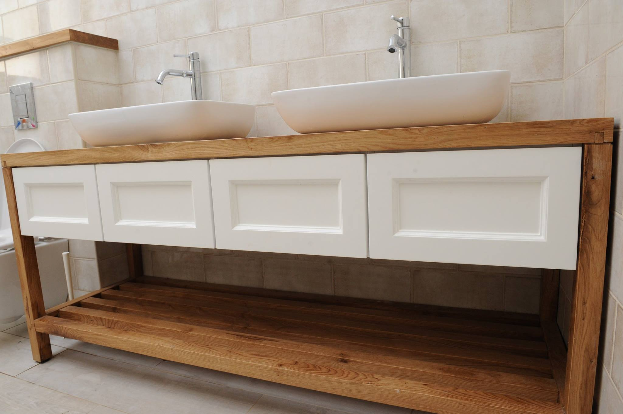 ארון אמבטיה כפרי, עומד על רגליים לבן ועץ