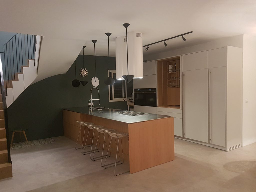 מטבח צבע בתנור בשילוב פורניר, דלתות קונספטה ומשטחי נירוסטה
