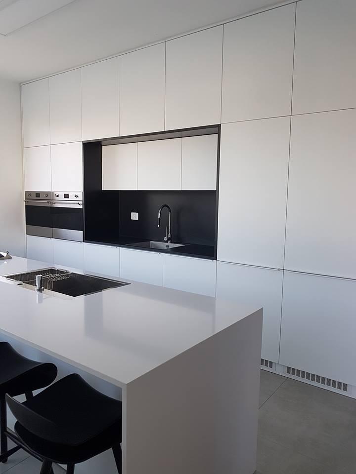 מטבח צבע בתנור לבן בשילוב שחור
