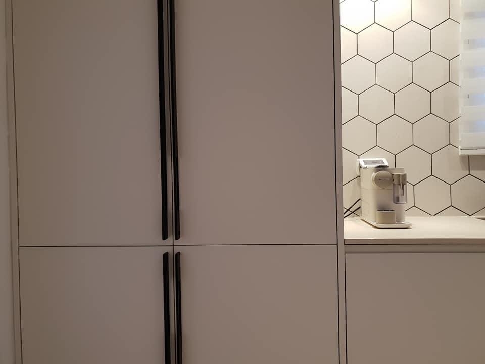 מטבח מודרני צבע בתנור לבן עם בר ויטרינה זכוכית