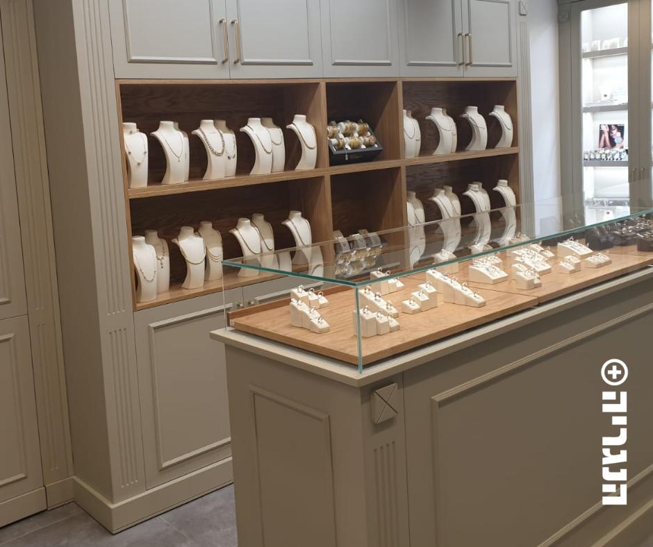 חנות תכשיטים צבע בתנור , בגוונים שמנת זהב ועץ