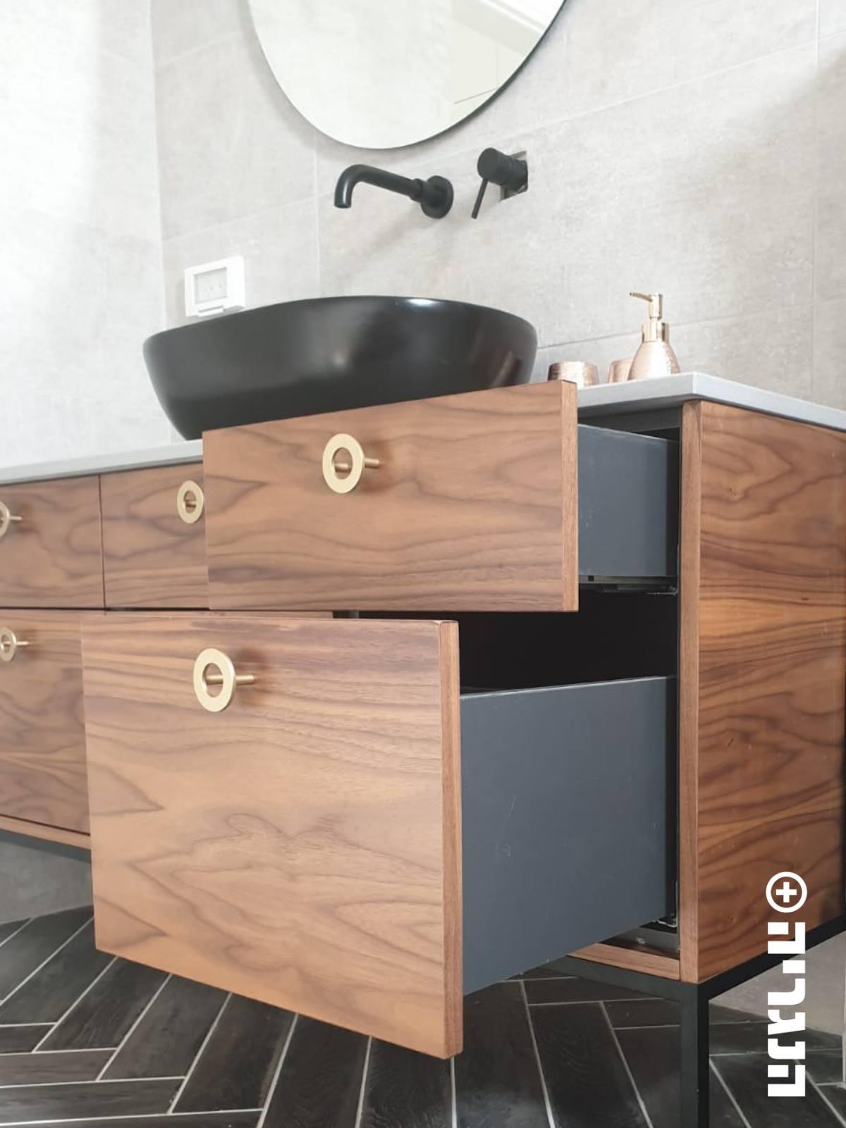 ארון אמבטיה פורניר על רגלי מתכת שחורות