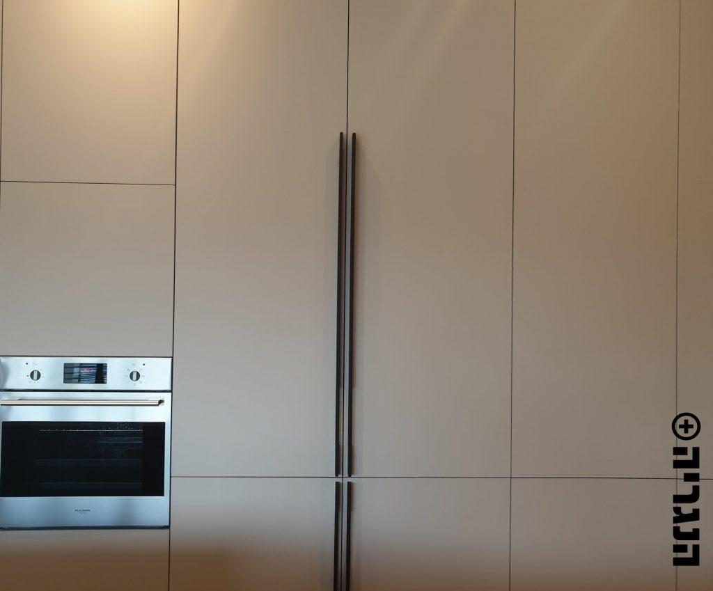 מטבח צבע בתנור לבן ואלון שחור