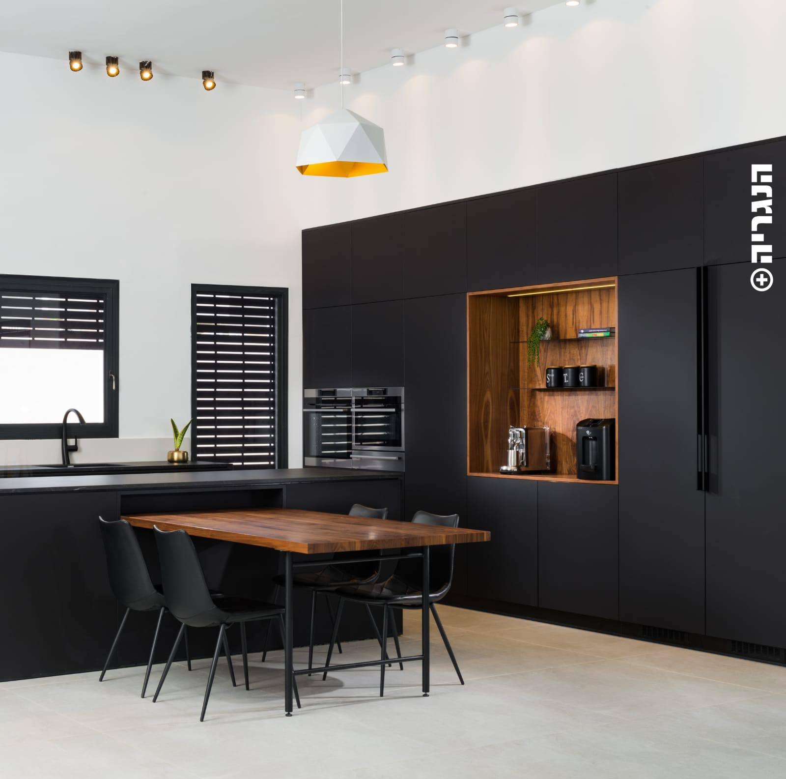 מטבח מודרני נאנו שחור ואגוז אמריקאי
