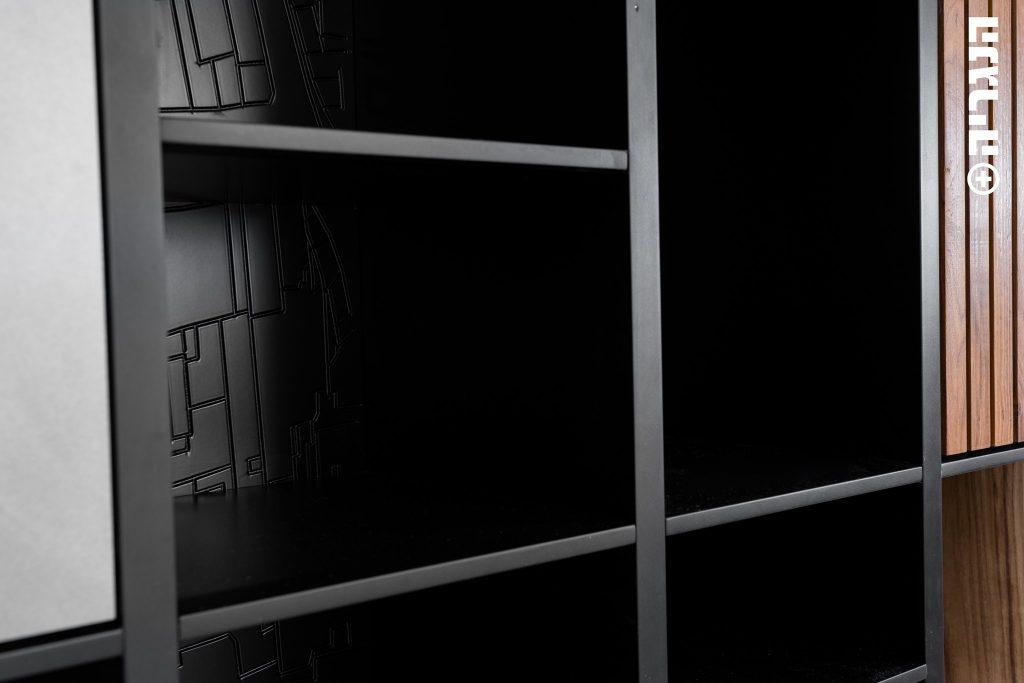 ספריה שחורה בשילוב אפור בטון ועץ יחידות פתוחות וסגורות
