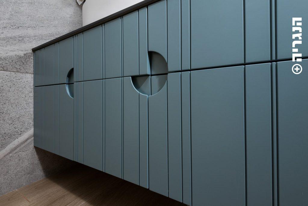 ארון אמבטיה צבע בתנור כחול, חזית מחורצת א-סימטרי וידית חרוטה