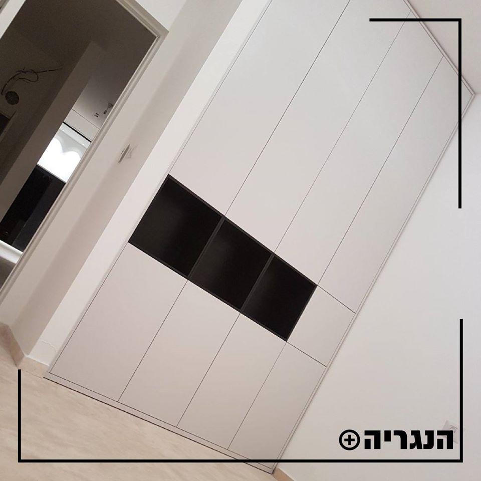 ארון בגדים לבן בשילוב יחידות פתוחות בשחור