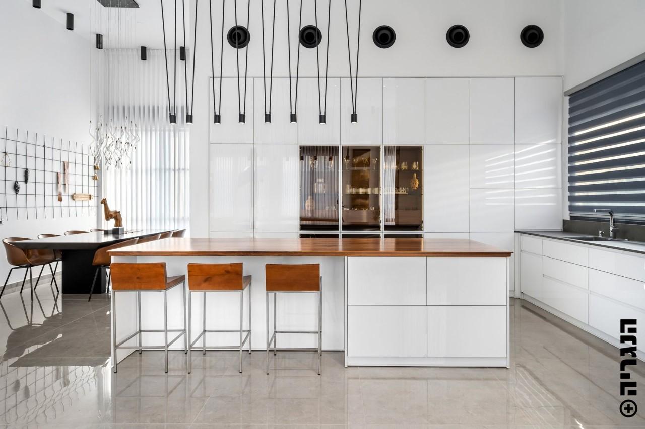 מטבח קריסטלייזר לבן בשילוב אגוז אמריקאי עם ויטרינה זכוכית