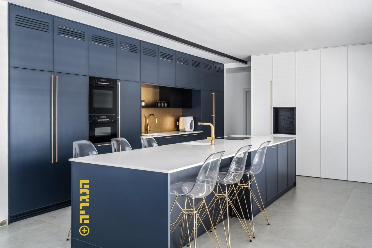 מטבח צבע בתנור כחול בנג'מין מור בשילוב לבן עם חריטת CNC וידיות קסטומייד פליז