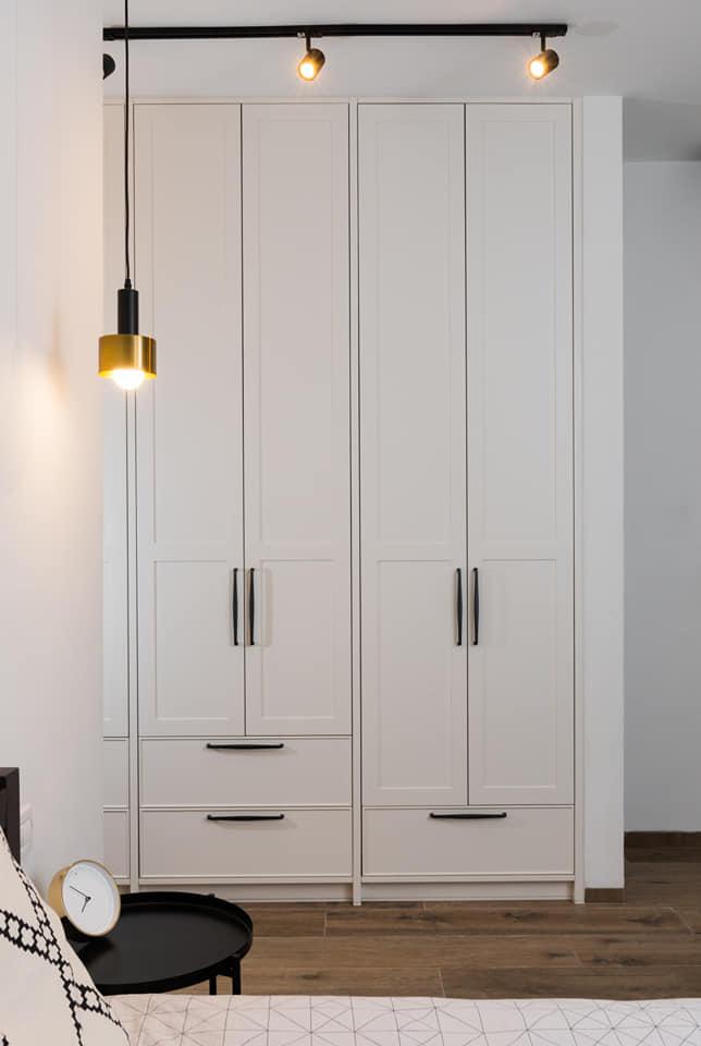 ארון בגדים לבן צבע בתנור