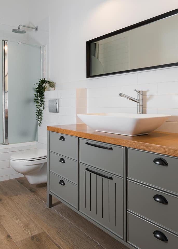 ארון אמבטיה צבע בתנור אפור בשילוב עץ, כפרי